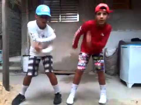Irmãos Gêmeos Dançando Passinho do Romano em Dupla ( Oficial )
