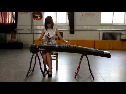Rong Hengyu performs an ancient song on the Guzheng