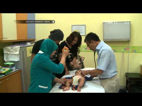 Posan Tobing membawa anak imunisasi