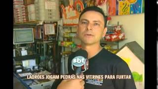 Crimonosos quebram vitrines de lojas para roubar em Alfenas