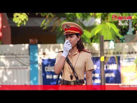 Nữ cảnh sát cầm loa điều tiết giao thông