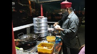 GRAVY WALE MOMOS & SPRING ROLL at RINKU PAAJI MOMOS CENTER IN DELHI.INDIAN STREET FOOD