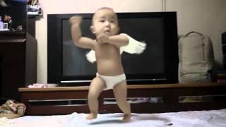 Bebé bailando el Gangnam Style