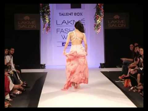 Lakme Fashion Week 2013 summer resort-hot pakistani actress Sara Loren walk the ramp-Show Stopper