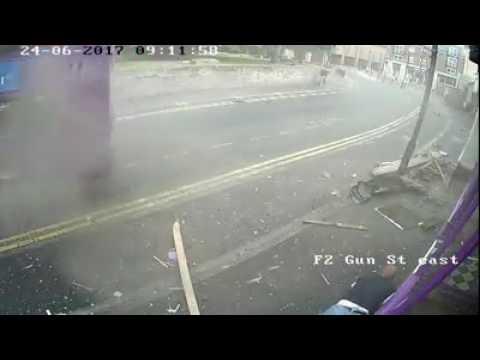 Homem é atropelado por ônibus, se levanta e sai andando normalmente