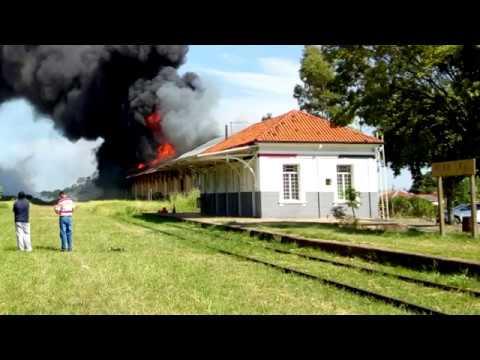 Incêndio destrói barracão da antiga Fepasa em Vera Cruz