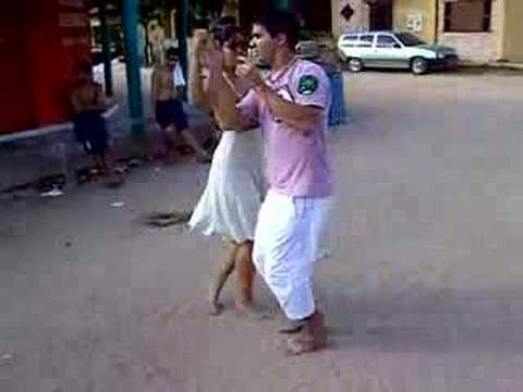 Thiago e Camilinha - Dançando na frente da Padaria em Itaúna
