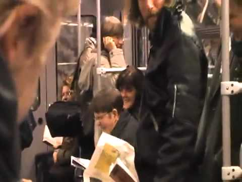 地鐵車廂難道被放笑氣?全車人都笑瘋了~