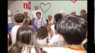 Crian�as em fase de alfabetiza��o leem para idosos na capital