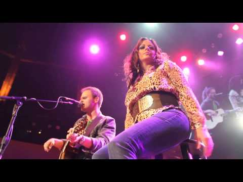 Sara Evans and Billy McClaran performing P!nk's