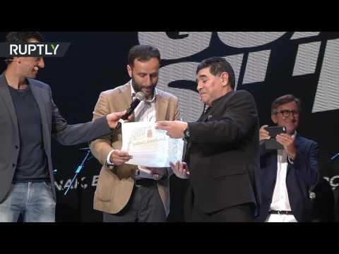 مارادونا يقبّل الأرض ويرقص ويغني فرحاً بالجنسية الإيطالية