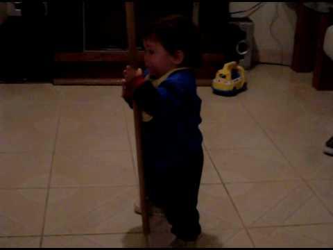 el niño mas pequeño bailando en el tubo
