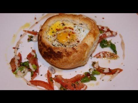 Jajka pieczone w bułce. Idealne na wielkanocne śniadanie