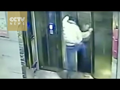 Un-joven-borracho-se-pelea-con-un-ascensor…-y-el-ascensor-gana