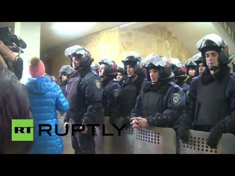 Ukraine: Police divide polarised protesters after Russian flag raised