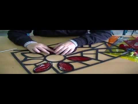 Como hacer una vidriera en cartulina, En este video se explica muy claramente como realizar una vidriera en cartulina. Para ver muestras de vidrieras terminadas dirigirse al siguiete enlace. http...