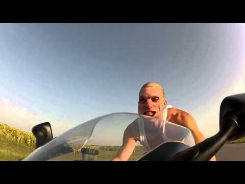 Image video Rouler à 250 km/h en moto sans casque