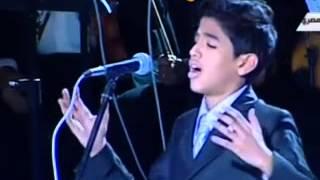 Hao123-طفل يغني وهو يبكي