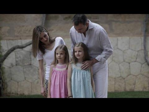 Los Reyes posan, junto a sus hijas, en el Palacio de Marivent