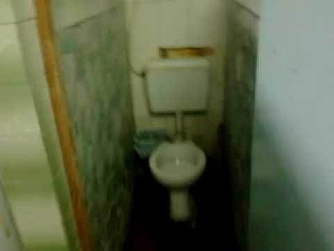 Aşa arată WC-ul în căminul Colegiului Tehnologic