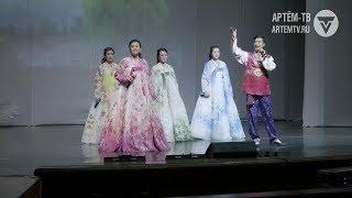 Артисты из Северной Кореи поют и танцуют на артёмовской сцене
