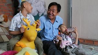 """Quá xúc động: Gặp lại người cha """"gà trống"""" che chở 2 con khuyết tật"""