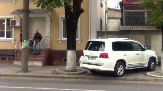 Cu Jeep-uri cît TIR-ul au ocupat trotuarul