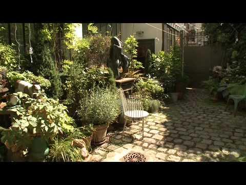comment am nager un jardin en ville cr ation d 39 un petit jardin de ville youtube. Black Bedroom Furniture Sets. Home Design Ideas
