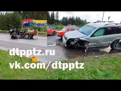 На Карельском проспекте в лобовую столкнулись ВАЗ-2115 и Тойота Лэнд Крузер