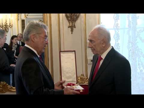 President Peres meeting with President Fischer at the Presidential Palace in Austria