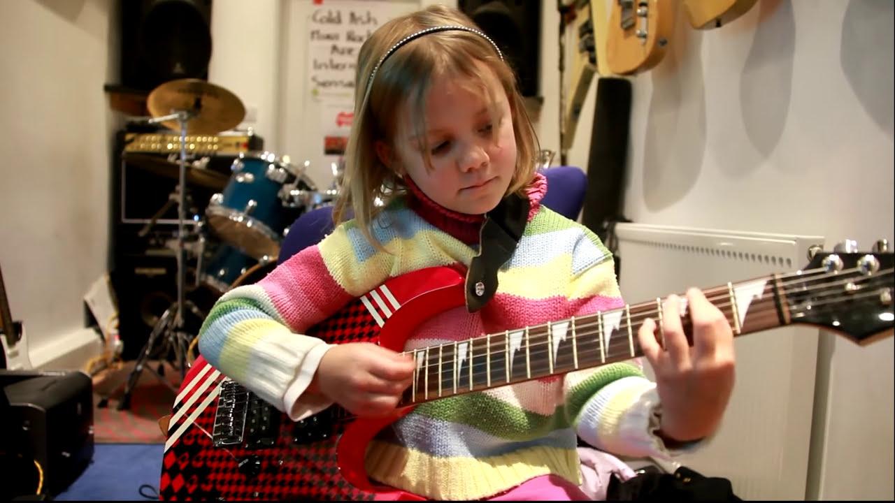 WOW...Zoe di usia 7 bermain Sweet Child Of Tambang. Zoe kini bermain di The Mini Band, yang telah menjadi sensasi internet setelah video mereka dari Metallica Enter Sandman pergi virus.