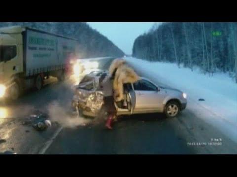 Copil  aruncat din masina in trafic din sens opus, în Russia