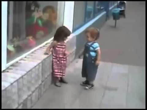 Khi bé con bắt chước người lớn tán gái