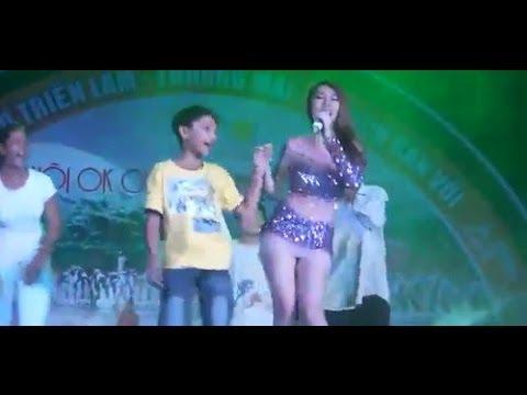 ca sĩ Khổng Tú Quỳnh bị lộ hàng khi đang hát