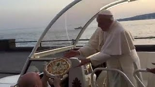 البيتزا والحلوى هدايا البابا فرانسيس اثناء زيارته إلى نابولي