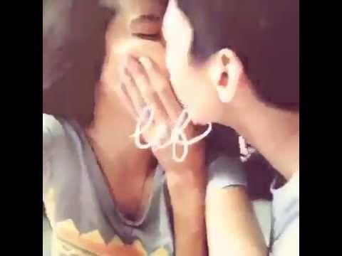 Cặp đôi hôn nhau lãng mạn trước máy quay