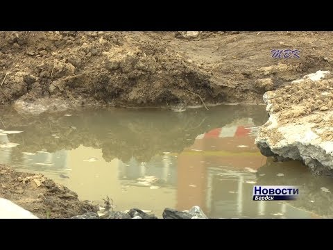 Проваливается асфальт и топит фекальными водами продуктовый магазин в Бердске