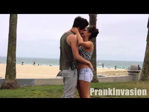 Clip hài hước- Cách hôn 1 cô gái miễn phí sờ mó thoải mái
