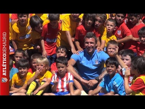 Tremendous welcome by the smaller atléticos to Mandzukic in Madrid