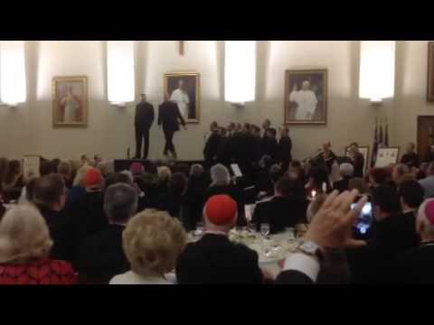 2 linh mục trẻ và vũ điệu gây sốt trên mạng