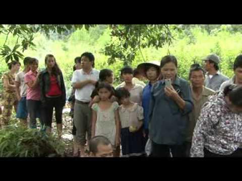 Cô Vũ Thị Hòa tìm mộ liệt sỹ Nguyễn Văn Cần tại Lai Châu ngày 22/8/2013