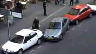 他の車にガンガンぶつけて駐車。Mr Beanみたい。