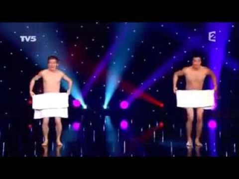 Màn múa khỏa thân với khăn tắm của 2 chàng trai