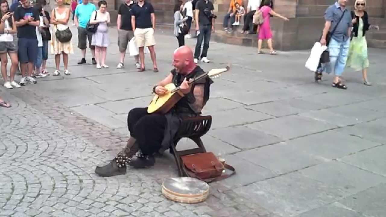 Un musicien de rue à la voix plutôt surprenante