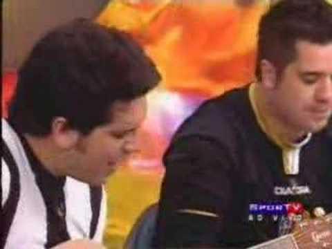 Wilson Sideral e Rogério Flausino cantam hino do galo