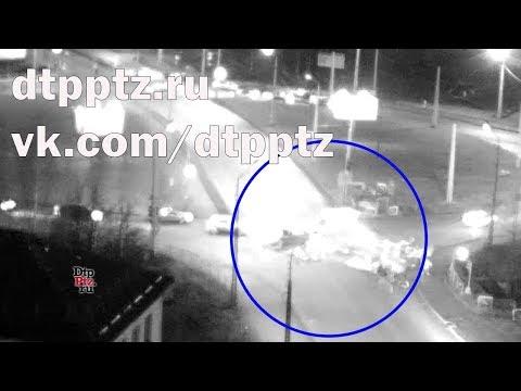 """На """"Нижнем Чапаевском кольце"""" пешеходы разбегались от столкнувшихся автомобилей и разлетевшегося груза"""