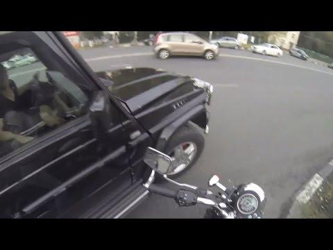 Неуловимая девчонка на мотоцикле против мусора // Elusive girl on a motorcycle against debris