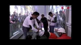 Penyelamatan Gadis Dengan Tangan Terjepit Di Eskalator