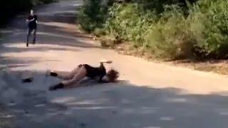 Chica se cae de la patineta