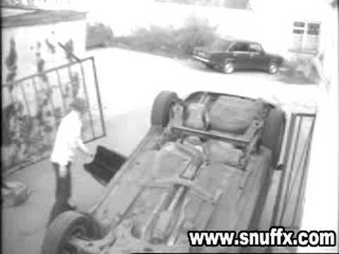 mulher colocando o carro na garagem